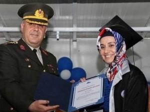 Komutandan Başörtülü Öğrenciye Diploma