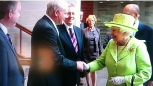 Kraliçe IRA Komutanı İle El Sıkıştı