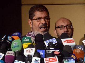 Mısırlılar Mursinin Meclis Kararını Tartışıyor