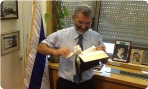 İncil'i Parçalayarak Hıristiyanlara Hakaret Etti