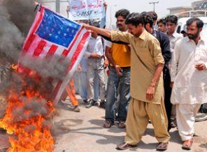 Pakistan'da Amerikan Bayrağına Büyük İlgi!