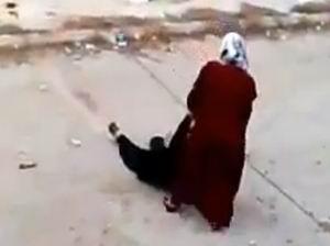 Suriyeli Kadının Gıpta Ettiren Cesareti (VİDEO)