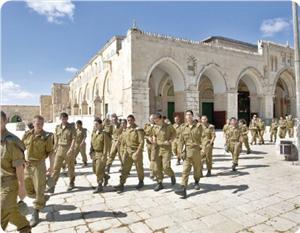 Siyonist Askerlerden Mescid-i Aksaya Baskın