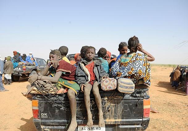 Moritanyaya Çölde Aç ve Susuz Yolculuk