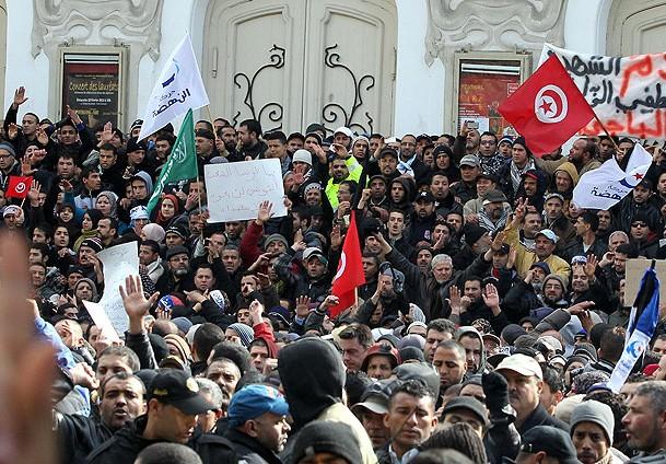 Tunus'ta Binler Şiddete Karşı Sokaklarda
