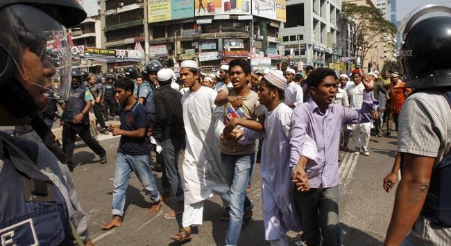 Bangladeşte Cuma Sonrası Protesto Gösterileri