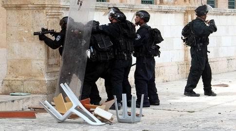 Siyonist İsrail Askerleri Mescid-i Aksayı Bastı