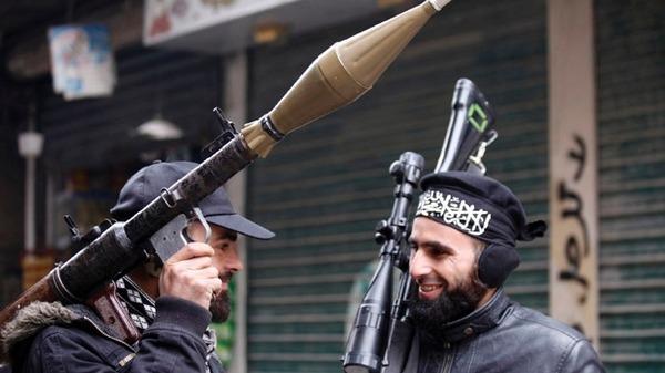 Direnişçiler Halepte Silah Deposunu Ele Geçirdi