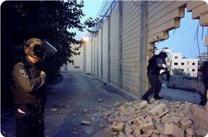 Filistinli Gençler Duvarı Yıkıp Kudüs'e Yürüdü