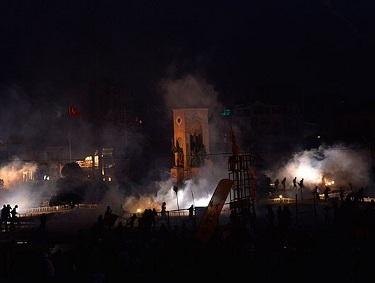 Taksimde Polis Göstericilere Müdahale Etti