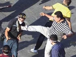 CHP'li Eski Vekil Eylemci Dövdü