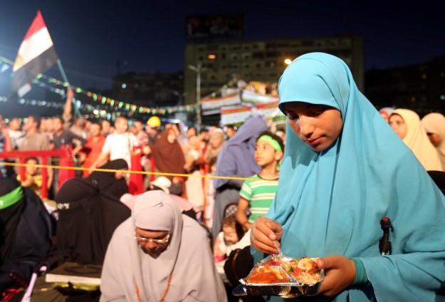 Mısırlı Müslümanlar iftarlarını Meydanlarda Açtı