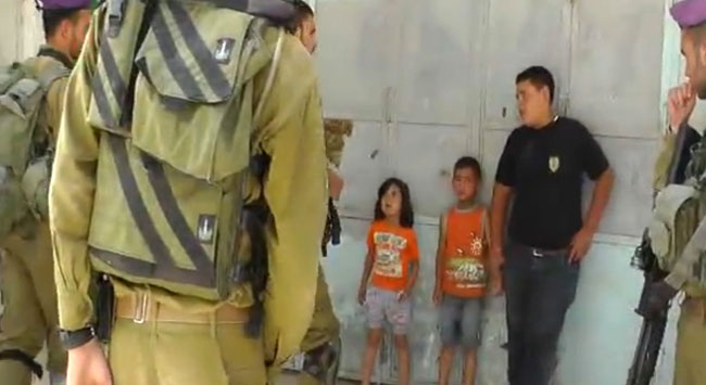 5 Yaşındaki Çocuğu Gözaltına Aldılar (VİDEO)