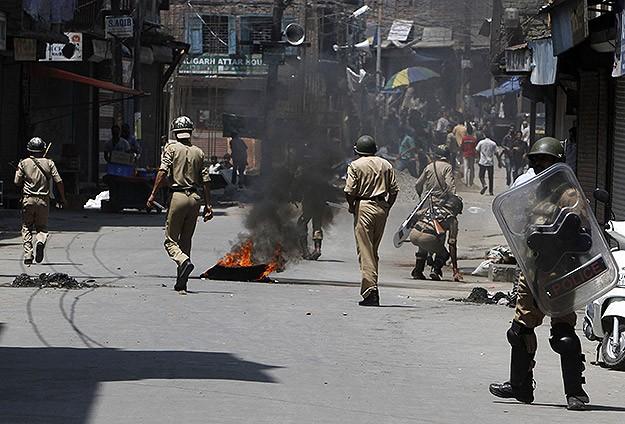 Keşmirde Polis Göstericilere Ateş Açtı