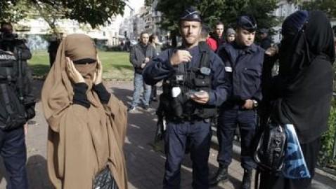 Fransa'da Örtüye Uzanan Ele Protesto