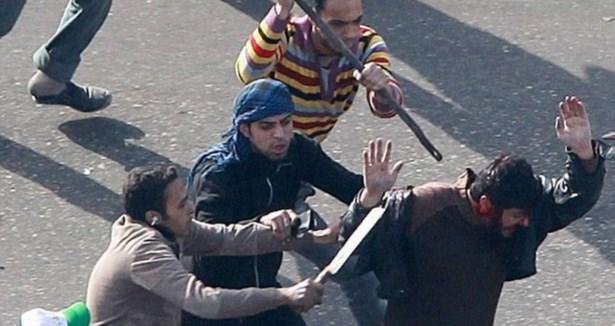 Mısırda Baltacılar Öğrencilere Saldırdı