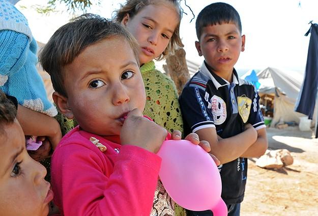 """Türkiye Sınırındaki Suriyelilerin """"Yokluk"""" Bayramı"""