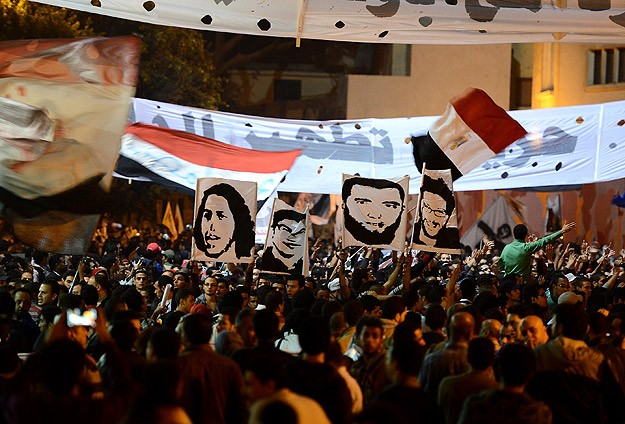 Mısır'da Darbeciler Protestoculara Saldırdı