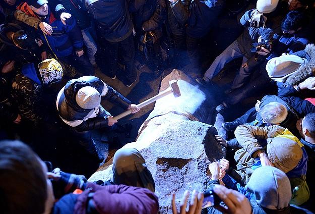 Göstericiler Lenin'in Heykelini Parçaladı