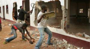 Orta Afrika'da Camileri Yağmalayıp Yıkıyorlar