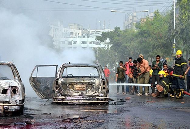 Bangladeş'te Halk Sokaklarda İdamı Protesto Ediyor