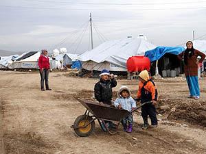 Çadırları Uçmasın Diye Geceleri Nöbet Tutuyorlar