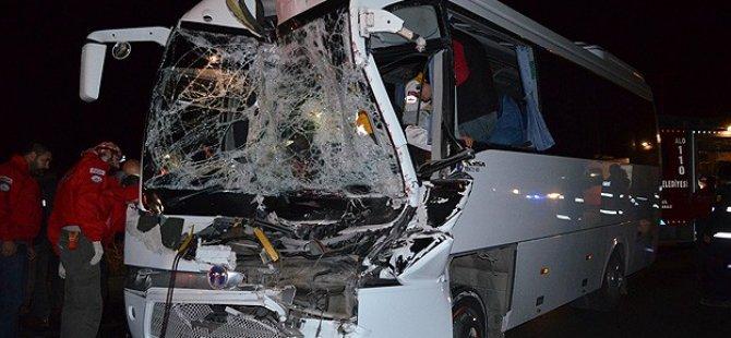 Yolcu Otobüsü Tıra Çarptı: 13 Yaralı