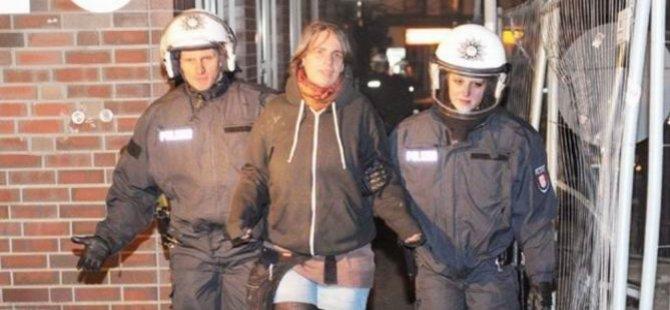 Hamburg'da Polis Tuttuğunu Götürüyor