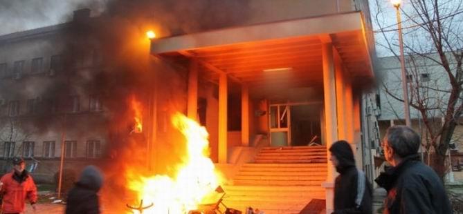 Eylemciler Cumhurbaşkanlığı Binasını Ateşe Verdi