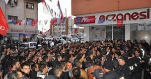 HDP Binasına Saldırı! Çok Sayıda Yaralı Var