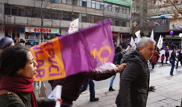 Şiddete Karşı Yürüyen Kadınlar Ak Parti'ye Saldırdı