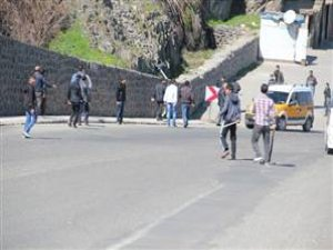 Diyarbakır'da Hüda Par'a Taşlı Saldırı