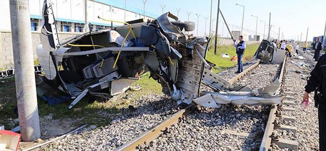 Yolcu Treni İşçi Servisine Çarptı: 9 Ölü