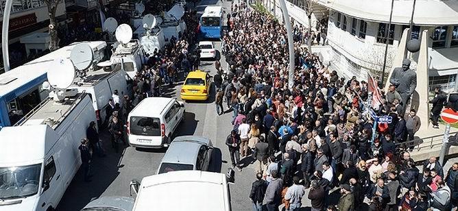 CHP'liler Oy Sayım Merkezlerinin Önünde Toplandı