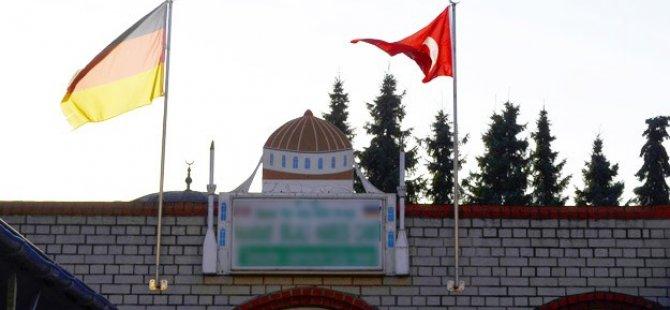 Alman İstihbaratı Camiye Gidenleri Fişledi