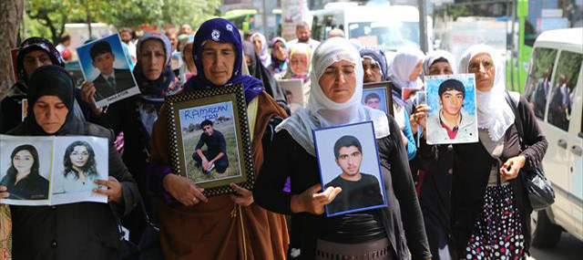Anneler Çocukları İçin Diyarbakır Belediyesine Yürüdü