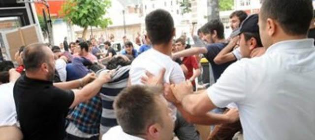Polis Bayrak İndirmeye Kalkan Şahsı Linçten Kurtardı