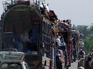 Pakistan'da Taliban'a Operasyon Yüz Binleri Yola Döktü