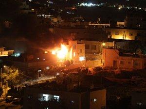 Siyonistler Sahurda Gazze'yi Üç Koldan Bombaladı