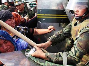Oruçlu Türkistanlılara Zorla Su İçiriyorlar!