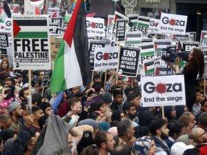 Londra'da Binlerce Kişi İsrail'i Protesto Etti
