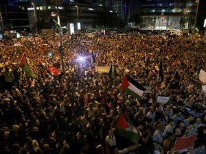 Binler İsrail Konsolosluğu Önünde Siyonistleri Lanetliyor