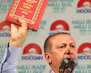 Elinde Kur'an'ın Kürtçe Mealini Gösterdi