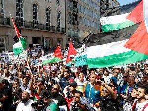 Onbinlerce Kişi BBC'yi Protesto Etti