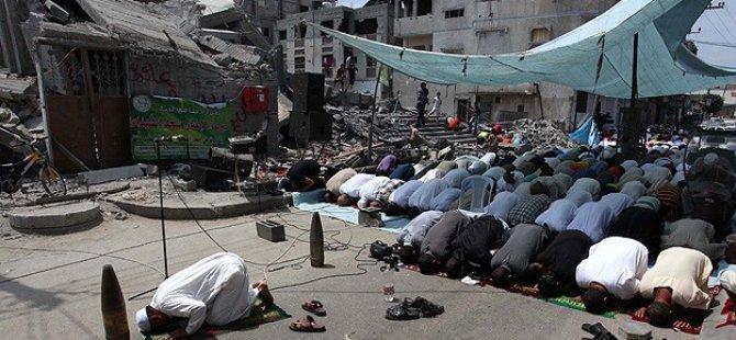 Gazze'de Cuma Namazı Enkazların Arasında Kılındı