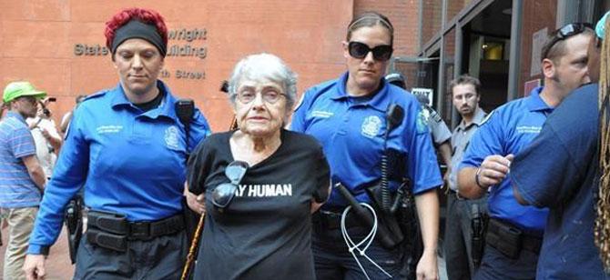 90 Yaşındaki Mavi Marmara Aktivistine Kelepçe!