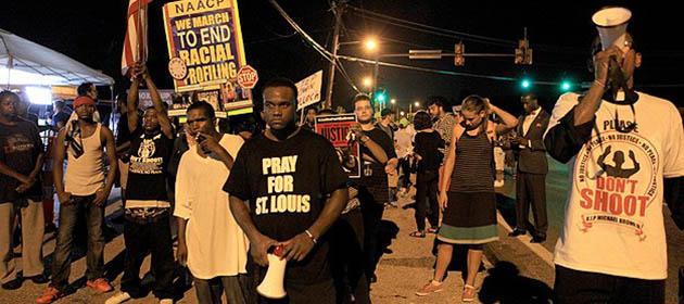 Ferguson'da Göstericiler Polis Merkezine Yürüdü
