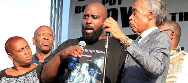 Öldürülen Siyahi Gencin Babasından Sükûnet Çağrısı