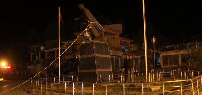 Van'da Atatürk Heykeli Tahrip Edildi