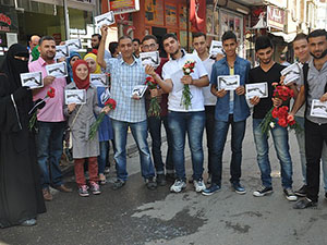 Suriyeli Gençlerden Kilislilere Karanfil ve Teşekkür
